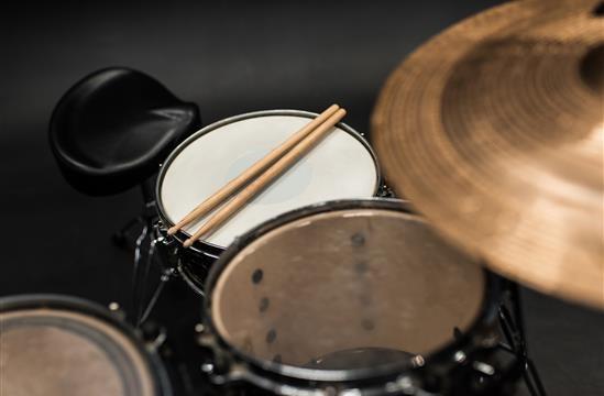 Impara a suonare con una batteria acustica a 200 €
