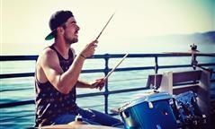 Sfogarsi suonando la batteria: uno strumento musicale che è anche uno sport