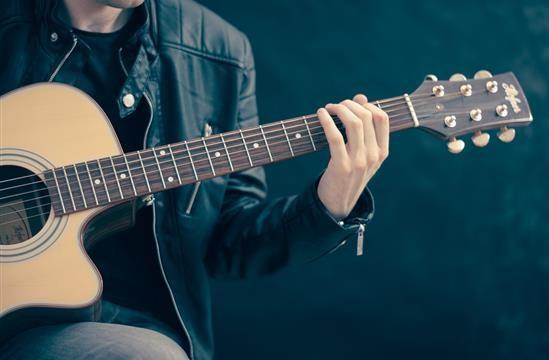 Chitarra acustica: prezzi e caratteristiche