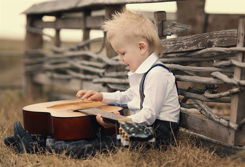 Sgabelli Per Suonare Chitarra : Come imbracciare una chitarra passaggi illustrato
