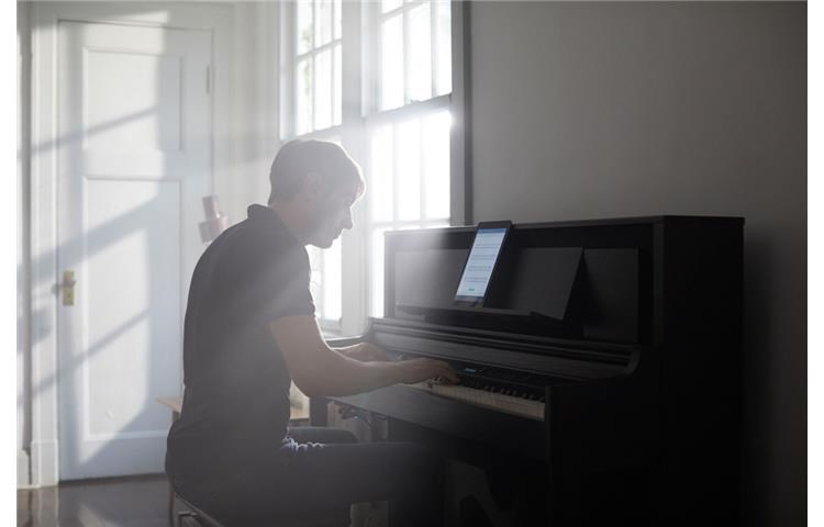 uomo-che-suona-pianoforte-digitale